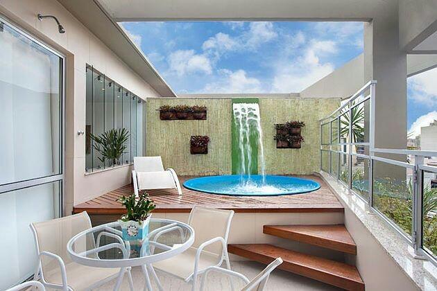 Área de lazer em cobertura com piscina em fibra de vidro