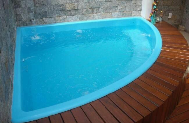 34 – Área de lazer com piscina de canto em fibra de vidro, deck
