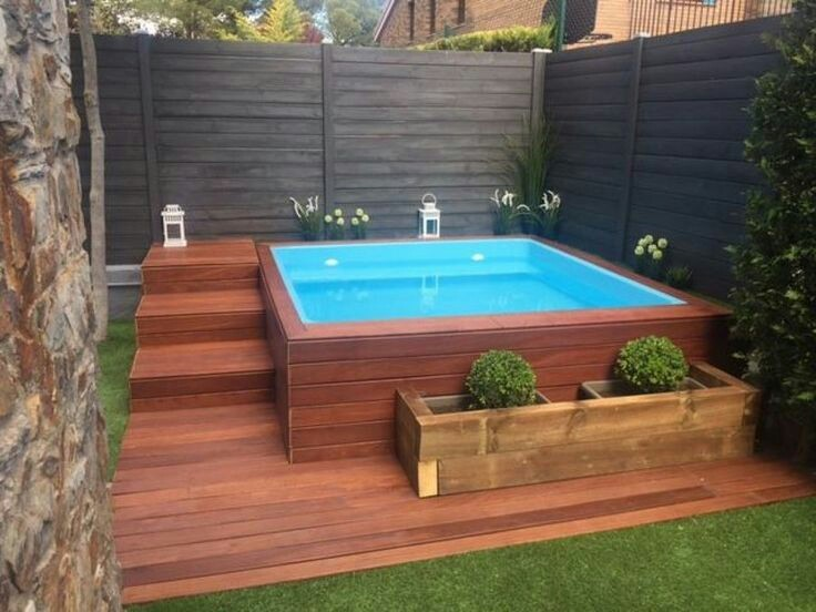 51 – Área de lazer com piscina quadrada erquida, deck