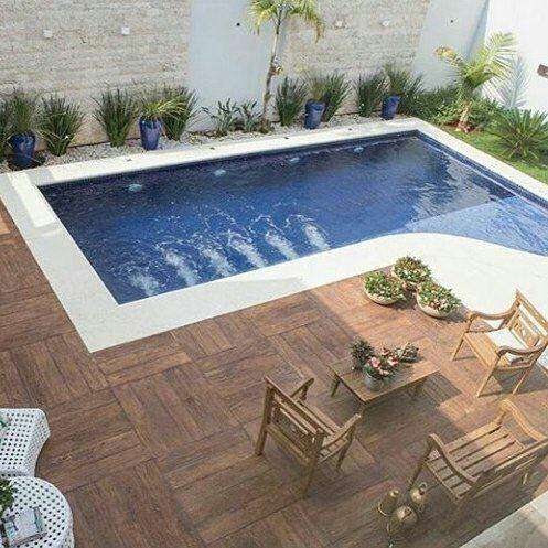 55– Área de lazer com piscina em alvenaria de forma irregular, com acabamento em pastilhas