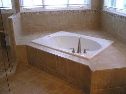 banheiro pequeno com banheira de canto