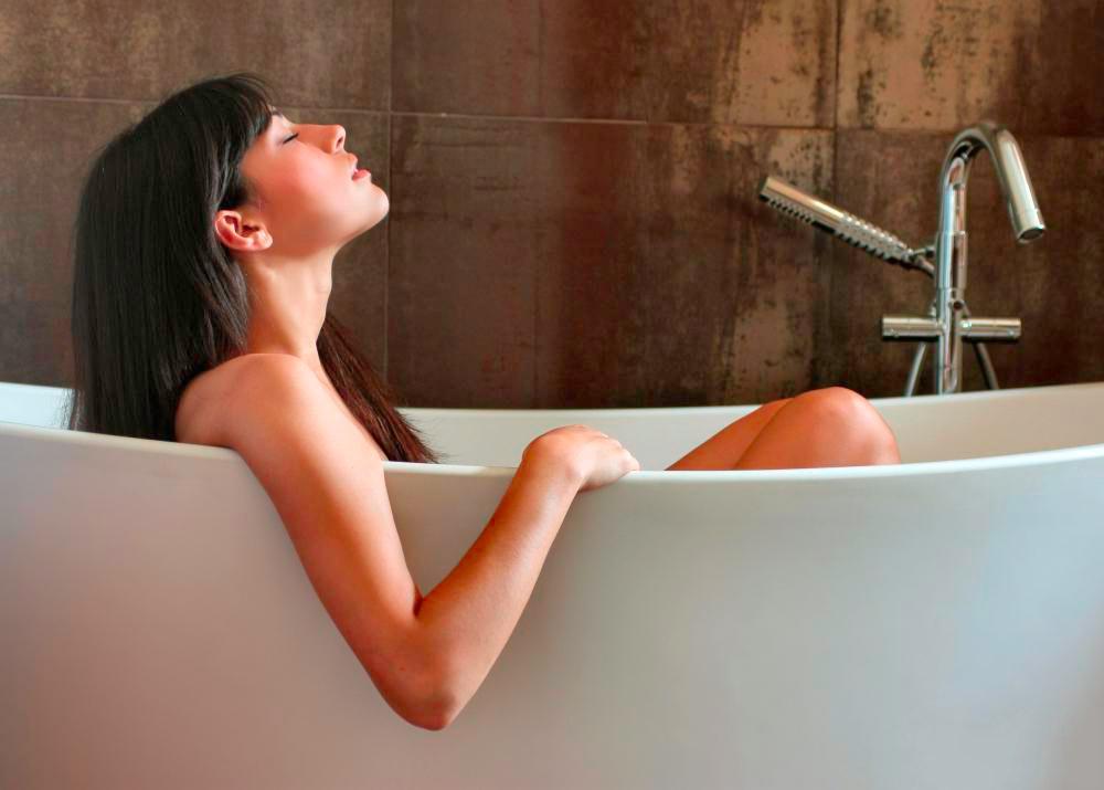 mulher na banheira de imersão