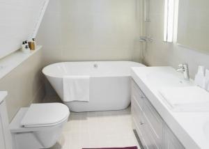 pequeno banheiro com spa