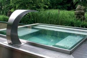 Foto 20 - Piscina em alvenaria, quadrada, com hidro integrada, cascata em inox em deck de madeira.