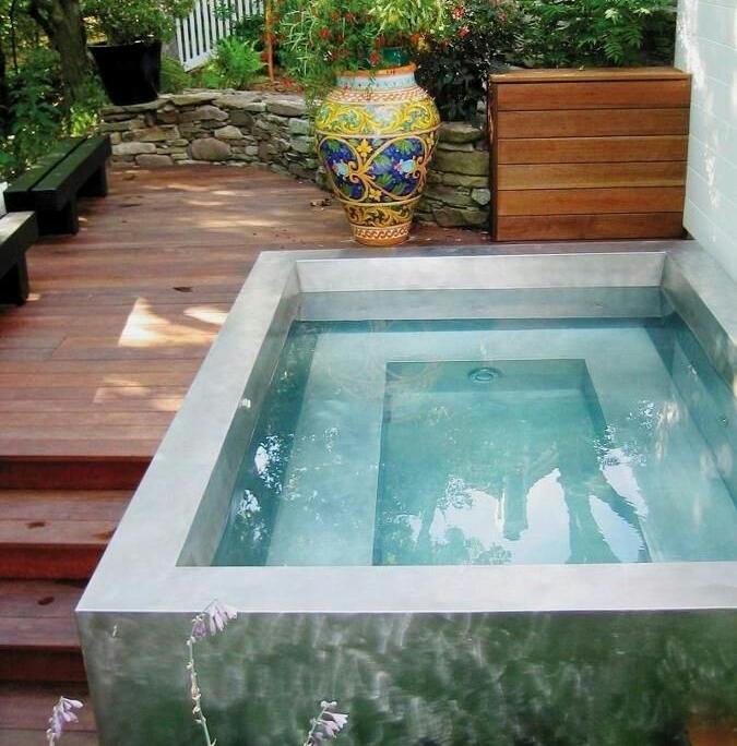 Foto 25 - Piscina retangular elevada, pequena, em alvenaria com hidro integrada e pequeno deck em madeira.