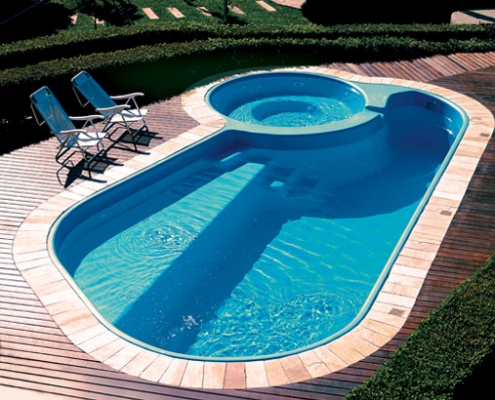 piscina irregular com escada