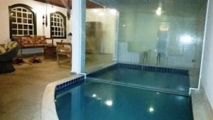 Ideia 25 - Piscina em alvenaria, com sauna conjugada panorâmica e em ambiente interno.