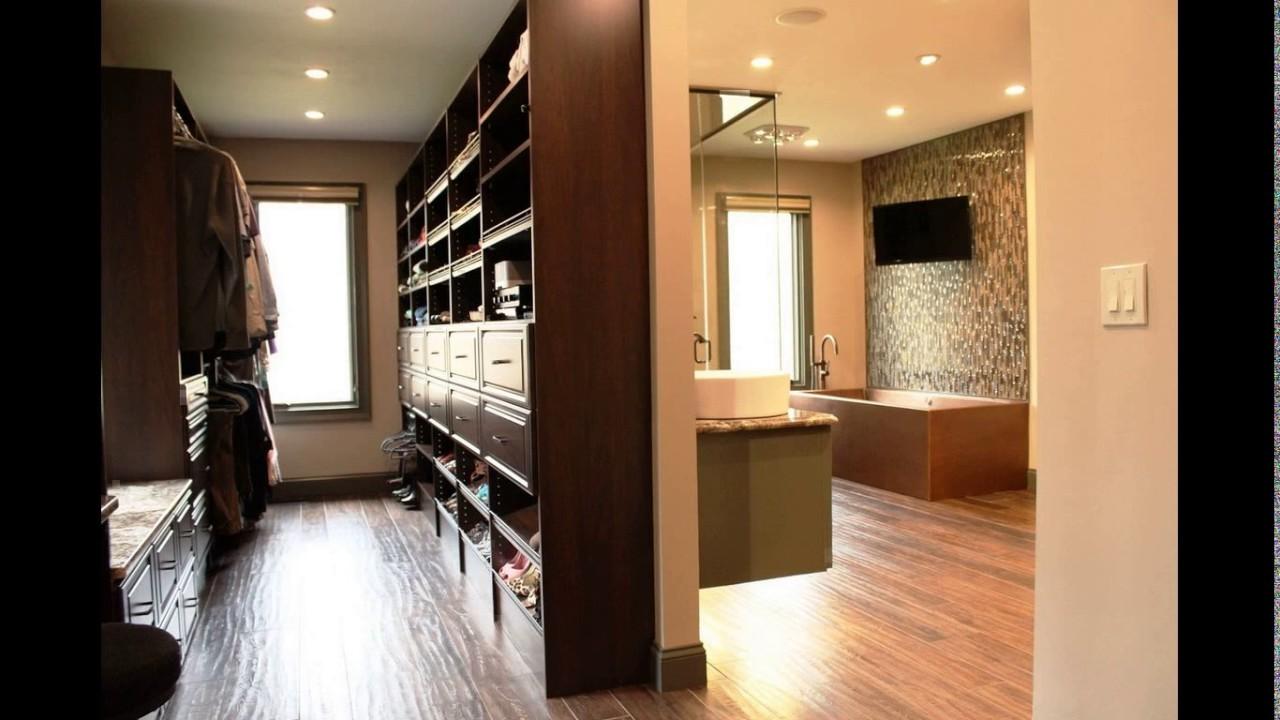 Suíte Master 28 – Em estilo mais sóbrio o closet é separado do banheiro por uma parede e o banheiro conta com uma banheira tradicional.
