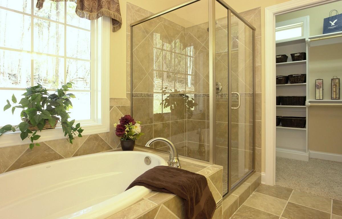 Suíte Master 8 – Aqui o banheiro também é separado do closet por uma porta, o banheiro conta com espaço para ducha e ao lado uma banheira tradicional ovalada.