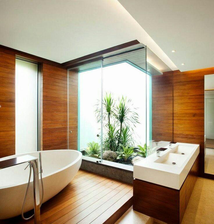 28. Este charmoso banheiro rústico clean possui banheira de imersão minimalista moderna e pia dupla.