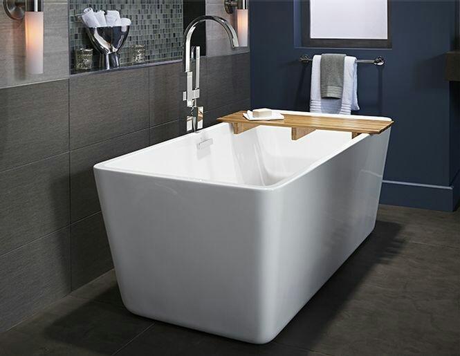 30. Banheiro com banheira minimalista retangular.