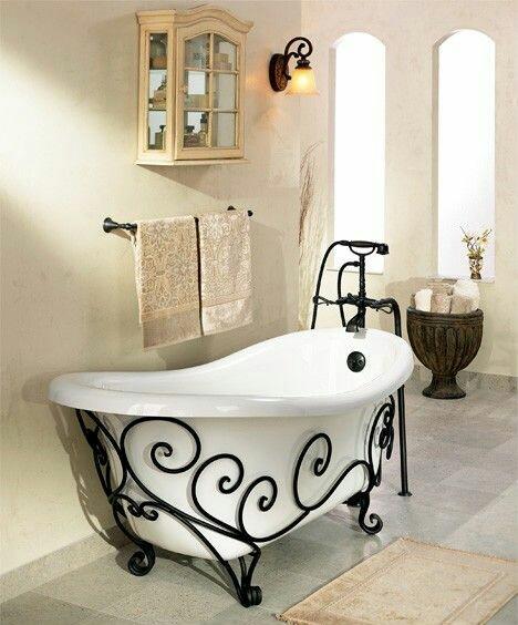 34. Banheiro em estilo retrô com banheira de imersão Vitoriana, pés trabalhados em ferro fundido.