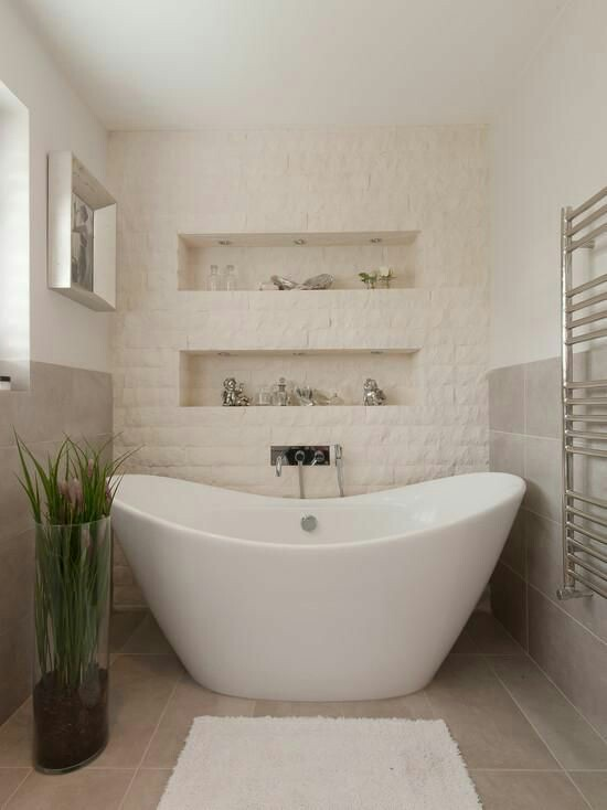 38. Banheiro com banheira minimalista moderna.
