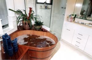 42. Banheiro tradicional com banheira ofurô de imersão .