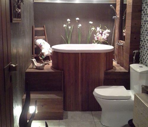 43. Nesta proposta aconchegante, o banheiro clássico conta com uma banheira ofurô de imersão.