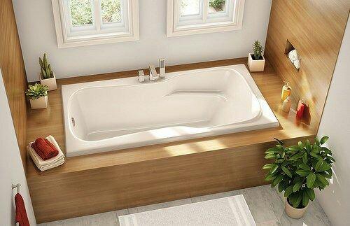60. Banheiro em estilo clássico com banheira tradicional com design moderno. Detalhe para o deck em madeira.