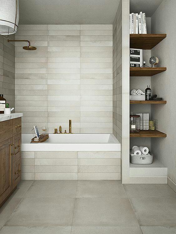 61. Banheiro clean com banheira tradicional moderna com chuveiro integrado.