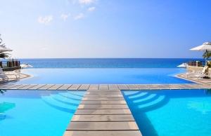 Bordas de piscina 24 -Piscina tripla com borda infinita e convencional com borda de madeira.