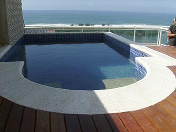 Bordas de piscina 22 -Piscina com borda atérmica peito de pomba, com piso externo em madeira.