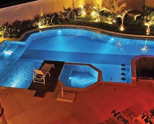 70-Piscina formato irregular, design duplo, escada integrada, bar molhado e hidro hexagonal conjugada