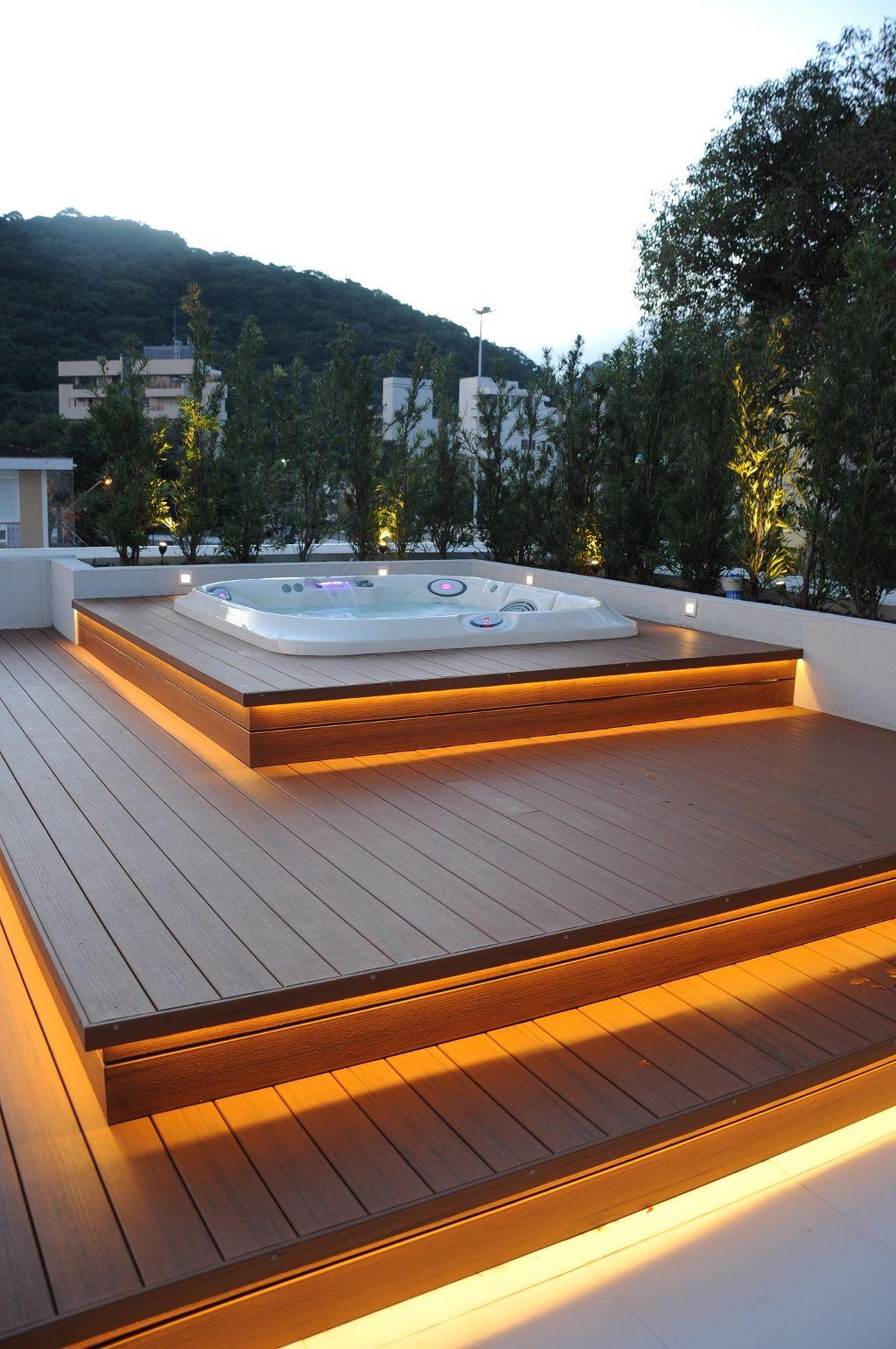 Novamente o deck de madeira foi a opção para receber a Jacuzzi. Neste projeto clean o destaque fica para a iluminação indireta no deck.