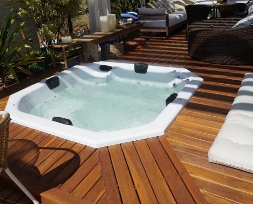 Aqui a Jacuzzi em deck de madeira se integra a sala de estar externa lindamente decorada e que lembra um SPA de luxo.