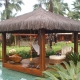 quiosque piscina, feito em madeira e piaçava conta com decoração tropical em cada detalhe. Destaque para o peixe e as tartarugas de madeira.